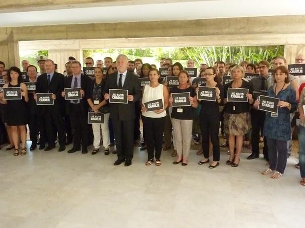 """Funcionários da Embaixada da França em Brasília realizaram na tarde desta quinta-feira (8) um minuto de silêncio em homenagem às vítimas do ataque à revista """"Charlie Hebdo"""" (Foto: Embaixada da França/Divulgação)"""