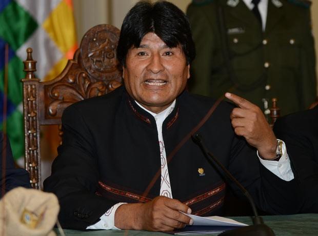 O presidente da Bolívia, Evo Morales, dá entrevista nesta segunda-feira (25) em La Paz (Foto: AFP)