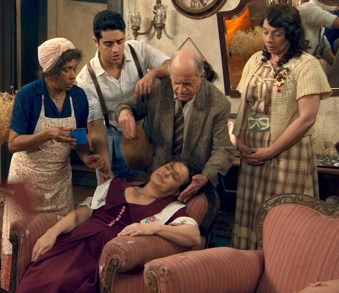 Cunegundes sente-se mal ao descobrir que ricaça é mãe de Candinho (Foto: TV Globo)