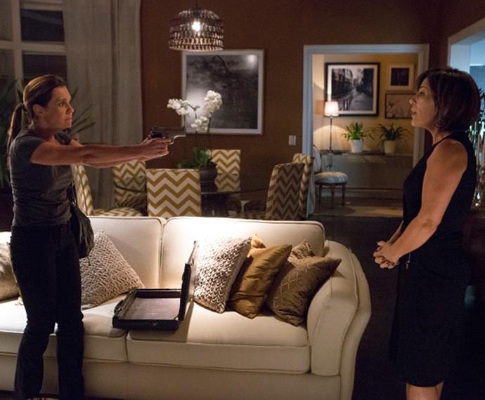 Inês caiu no plano de Beatriz e deixou as digitais na arma (Foto: Tv Globo)