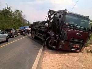 Automóvel colidiu com a laterial de um caminhão (Foto: Ariquemes 190/ Reprodução)