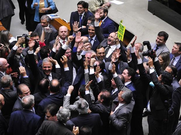 Deputados comemoram após a Câmara dos Deputados aprovar, por 366 votos a 111, o texto-base da Proposta de Emenda Constitucional (PEC) 241, que limita o gasto público à inflação do ano anterior por um período de 20 anos (Foto: Luis Macedo/Câmara dos Deputados)