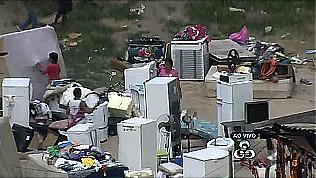 Móveis e utensílios das vítimas do incêndio foram parar na rua (Foto: Amazônia TV)