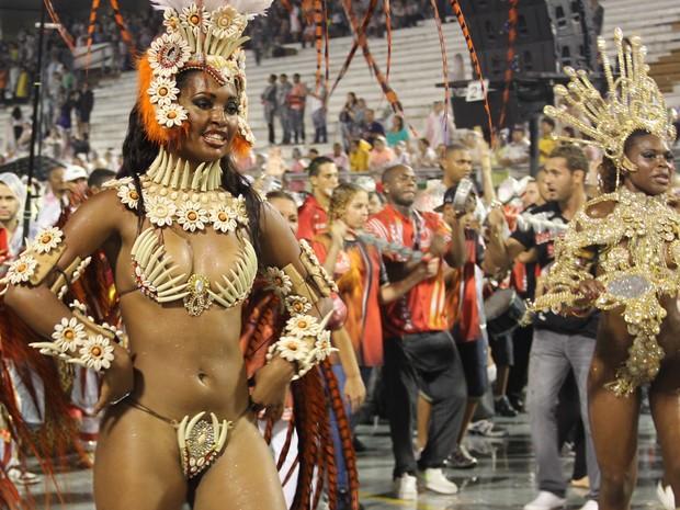 Bela dança à frente da bateria da Leandro de Itaquera (Foto: Paulo Toledo Piza/G1)