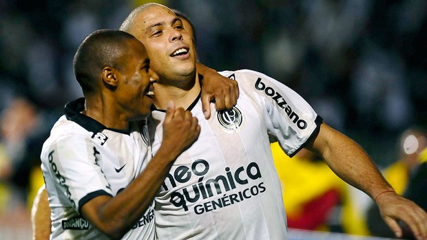Ronaldo e Elias comemoram gol do Corinthians contra o Cruzeiro (Foto: Marcos Ribolli / GLOBOESPORTE.COM)