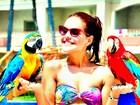 De biquíni, Paloma Bernardi posa com araras em Punta Cana