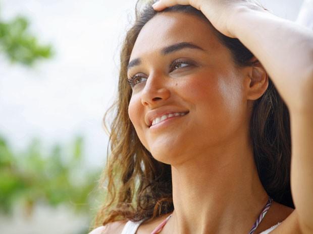 Débora Nascimento revela cuidados com pele e cabelo expostos ao sol (Foto: Flor do Caribe/TV Globo)