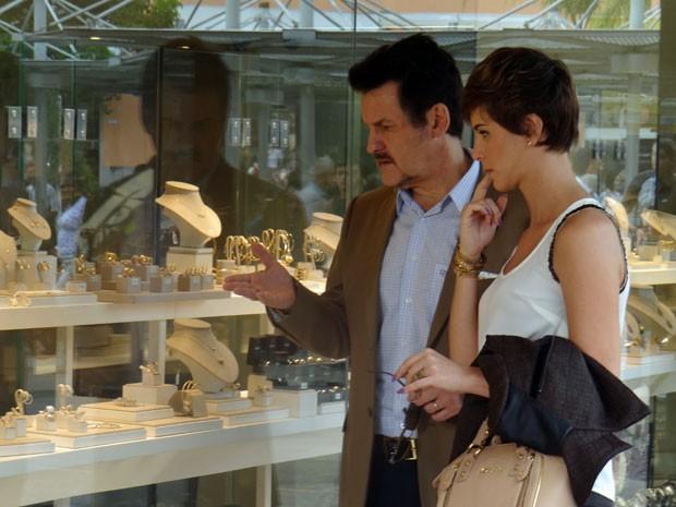 Mustafa e Aisha avistam colar de Wanda na vitrine de uma joalheria (Foto: Salve Jorge/ TV Globo)