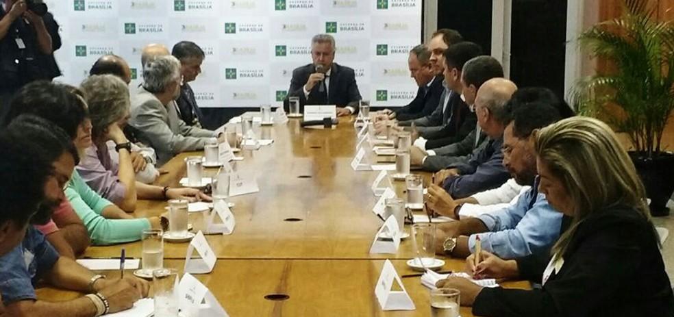 Governador Rollemberg se reuniu com representantes dos professores em greve há 16 dias (Foto: Reprodução/TV Globo)