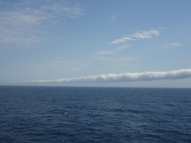 Nuvem tem extensão assustadora e impressionou quem estava próximo ao litoral (Foto: Robson Gomes / VC no G1)