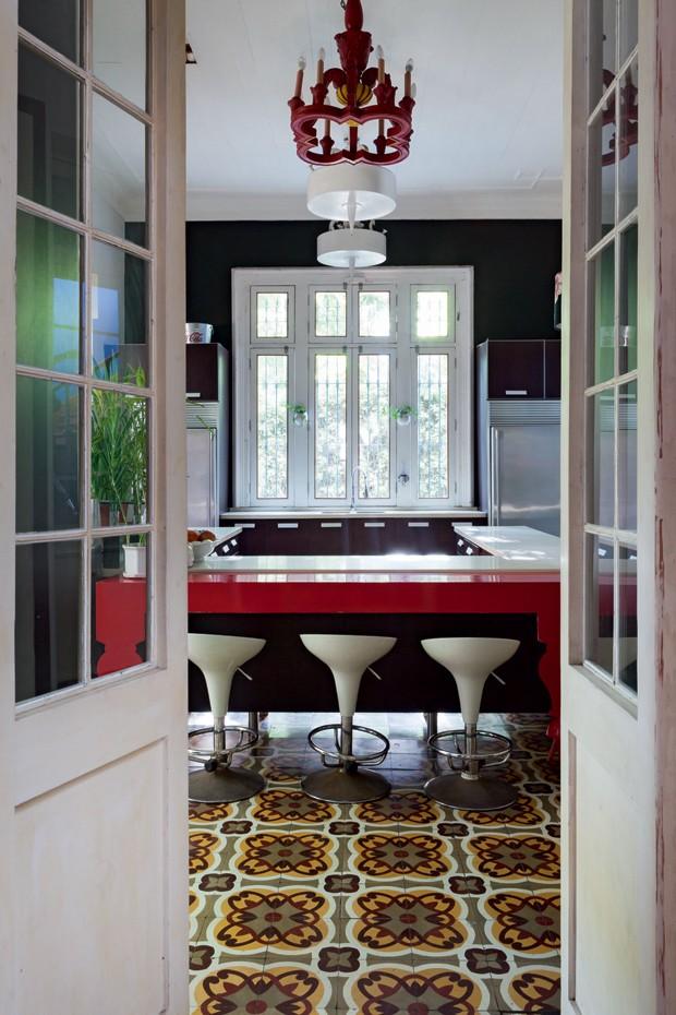 É realmente uma cozinha superlativa. Nela, o lustre também impressiona e o piso de ladrilho hidráulico se destaca. (Foto: Lufe Gomes/Lufe by Lufe)