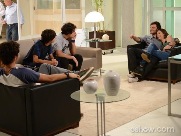 Já medicado, Martin faz a festa com os amigos (Foto: Raphael Dias / TV Globo)