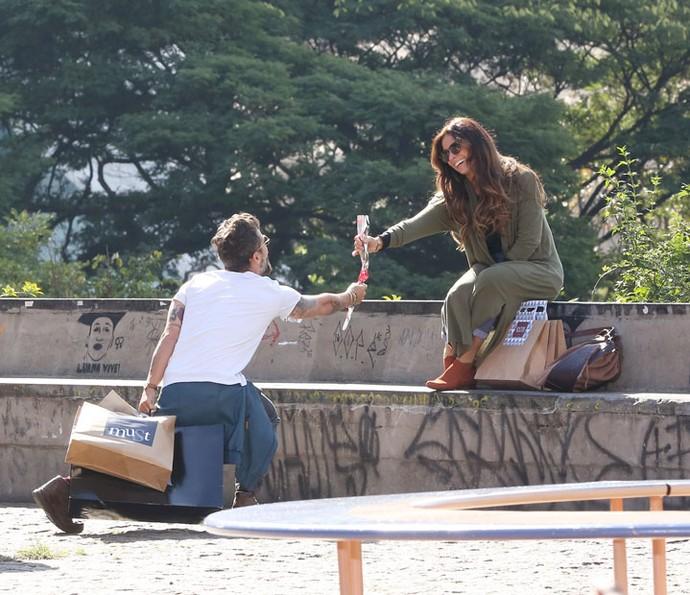 Mario e Alice fazem um passeio pelas ruas de São Paulo e recordam momentos da amizade deles (Foto: Carol Caminha / Gshow)