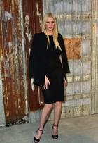Lara Stone arrasa no look em primeira aparição pública após divórcio