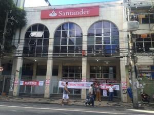 Banco Santander, da Avenida Sete, em Salvador, com faixas de greve (Foto: Natally Acioli/G1)