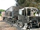 Caminhão pega fogo enquanto motorista dormia na cabine