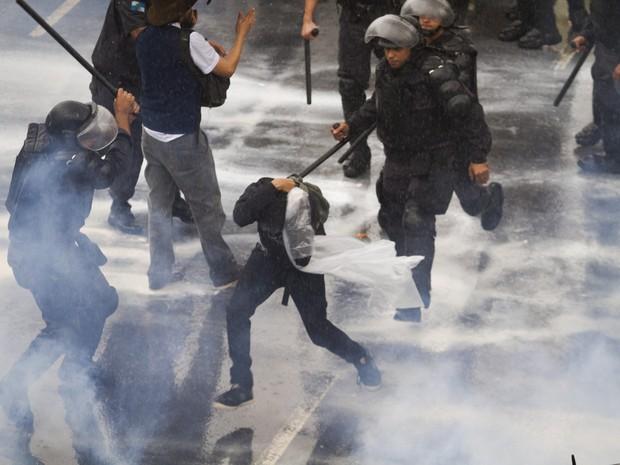 Manifestacao de professores da rede publica termina em confronto com policiais do Batalhao de Choque em frente à prefeitura (Foto: Alexandro Auler / Parceiro / Agência O Globo)