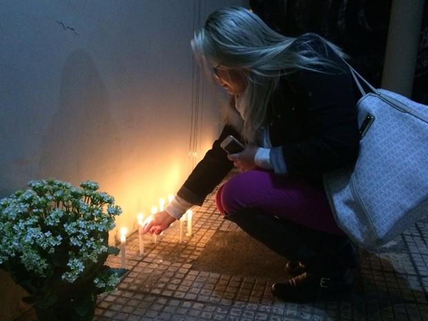 Estudante acende vela em homenagem a estudantes mortos em acidente na Mogi-Bertioga (Foto: Cristina Requena/G1)