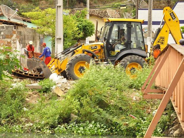 Durante as visitas às áreas de risco, as equipes da Prefeitura de João Pessoa fazem a limpeza do lixo das comunidades e rios (Foto: Dayse Euzebio/Secom-JP)