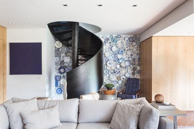 Sala ganha coleção de 300 pratos azuis expostos na parede (Foto: Marcelo Donadussi/Divulgação)