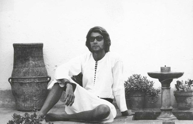 Yves Saint Laurent in the 1970s at the Dar el Hanch (House of the Snakes), the first house he bought with Bergé in the Medina of Marrakesh (Foto: © PIERRE BERGÉ)