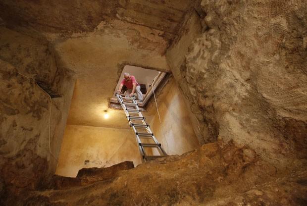 Uma família de Jerusalém descobriu debaixo de sua residência um banheiro de 2000 anos de existência destinada a rituais judaicos enquanto trocava o piso da sala de estar (Foto: Gali Tibbon/AFP)