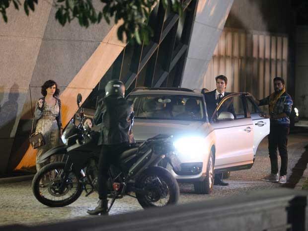 Chang já chega chegando e acaba com a lua-de-mel de Lara e Brian (Foto: Carol Caminha/TV Globo)