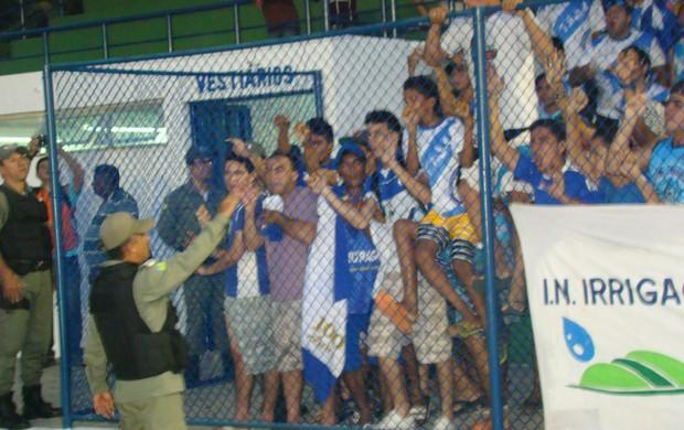 Torcida do Parnahyba ataca árbitro (Foto: Wenner Tito)
