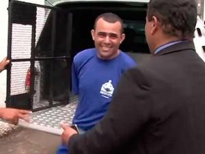 Vereador ri assim que sai de viatura para assinar posse na Bahia (Foto: Imagem/TV Santa Cruz)
