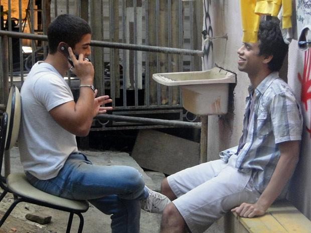 Os pagodeiros fecham contrato com a gravadora e ficam super felizes (Foto: Malhação / Tv Globo)