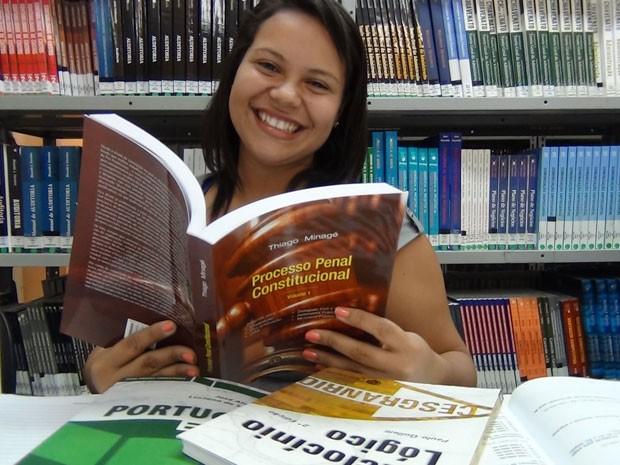 Amábile Lucy trancou a faculdade no ano passado para investir nos estudos para concurso (Foto: Claudia Jones/Academia do Concurso)