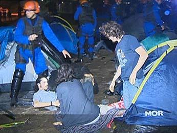 Manifestantes acampados na região foram retirados pela polícia (Foto: Reprodução/RBS TV)