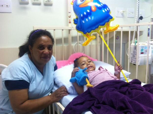 Francine ao lado da mãe no Hospital de Clínicas, em Curitiba (Foto: Andressa Almeida / RPC TV )