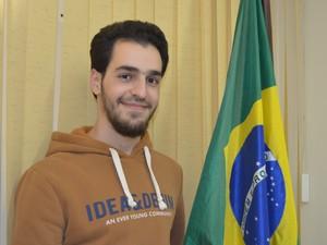 Sameh aprendeu português sozinho e cursa odontologia em Piracicaba (Foto: Claudia Assencio/G1)