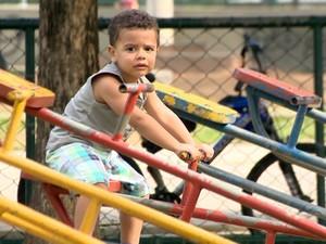 Crianças também sofrem com a inalação e contato com o pó preto (Foto: Reprodução/TV Gazeta)