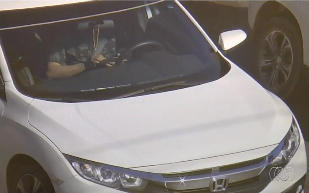 Motorista é flagrado mexendo no celular pelas câmeras de monitoramento  (Foto: Reprodução/TV Anhanguera)