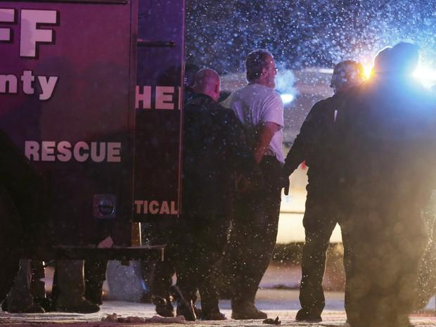 Suspeito é escoltado por policiais na saída do prédio Planned Parenthood de Colorado Springs, após um tiroteio que durou cerca de cinco horas na sexta (27) (Foto: Reuters/Isaiah J. Downing)
