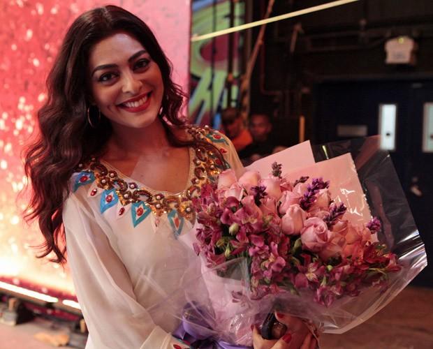 Juliana Paes foi presenteada com um buquê de flores (Foto: Caldeirão do Huck / TV Globo)
