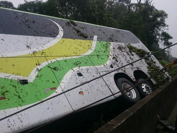 Ônibus saiu de Pitanga, na região central do estado, com destino a Balneário Camboriú (SC) (Foto: PRF/ Divulgação)