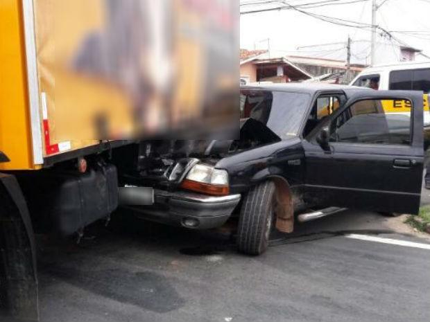 Veículo ficou preso ao caminhão após a batida (Foto: José Juarez/Arquivo pessoal)