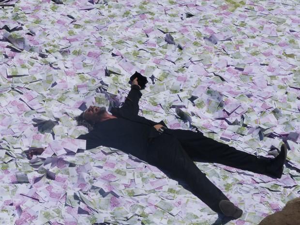 Zé mergulha em piscina com dinheiro (Foto: Tatiana Helich/ Gshow)