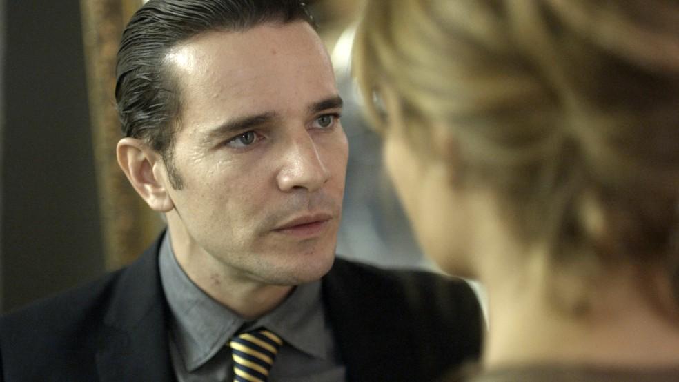 Vitor defende Arnaldo diante de Alice: (Foto: TV Globo)