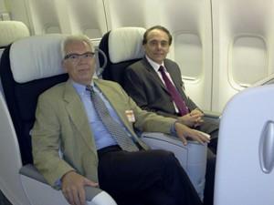 Marc Bailliart, diretor-geral da Air France KLM no Brasil,e Antonio Jorge Assunção, gerente da Air France, nas poltronas da nova classe executiva (Foto: Lilian Quaino/G1)