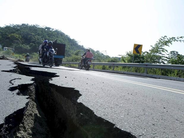 Uma enorme rachadura é vista na estrada entre Pedernales e Jama, no Equador, após um terremoto na costa do Pacífico  (Foto: Guillermo Granja/Reuters)