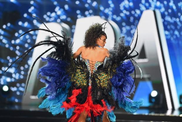 Raissa Santana, a Miss Brasil 2016, na etapa em que as candidatas mostram trajes que representam seus países de origem (Foto: AFP)