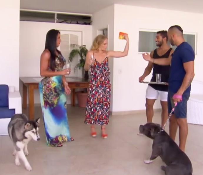 Angélica não perde a piada, mostra o 'muque' e pede para entrar no 'Team Gracyanne'. Já ganhou como nossa musa! (Foto: Tv Globo)