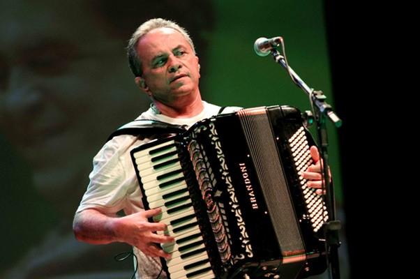 Depois de abrir o festival no sábado (4) em Cabedelo, cantor Flávio José animou o público de Sousa na segunda eliminatóiria (Foto: Leonardo Silva/Jornal da Paraíba)