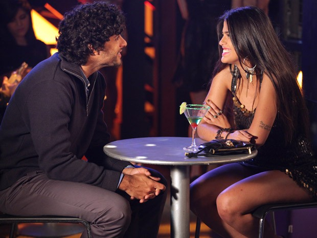 Durante papo com Ronaldo, Isadora finge ser Vicky, uma comissária de bordo carioca (Foto: Guerra dos Sexos / TV Globo)