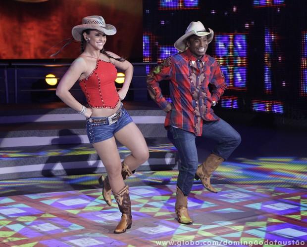Lidiane Rodrigues e Edílson se jogam no sertanejo (Foto: Domingão do Faustão / TV Globo)