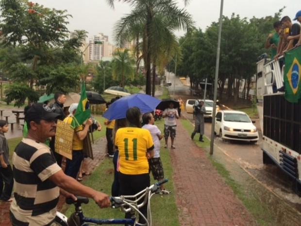 Manifestantes protestam sob forte chuva, em Anápolis, Goiás (Foto: Renata Rocha/TV Anhanguera)